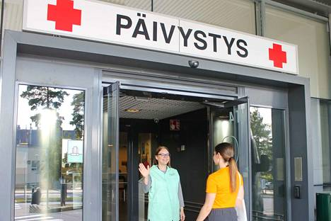 Voit tiedustella syksystä lähtien vapaaehtoista esimerkiksi OLKA-pisteeltä tai lähestyä vapaaehtoista sairaalan käytävällä. Vapaaehtoisen tunnistaa vihreästä liivistä. Kuva Henna Korvakangas
