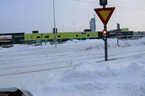 Ratikkakiskoille on varsin helppo vahingossa ajaa etenkin, jos ei keskity täydellisesti uudessa liikenneympäristössä. Reitti oikealle menee kahden lumivallin jälkeen ennen liikennevalopylvästä.