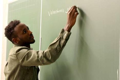 Viisi vuotta sitten Suomeen turvapaikanhakijana tullut Mahad Ahmed opetteli kielen ja suoritti maahanmuuttajan perusopetuksen. Nyt hän valmistui lähihoitajaksi ja työskentelee muistisairaiden parissa.