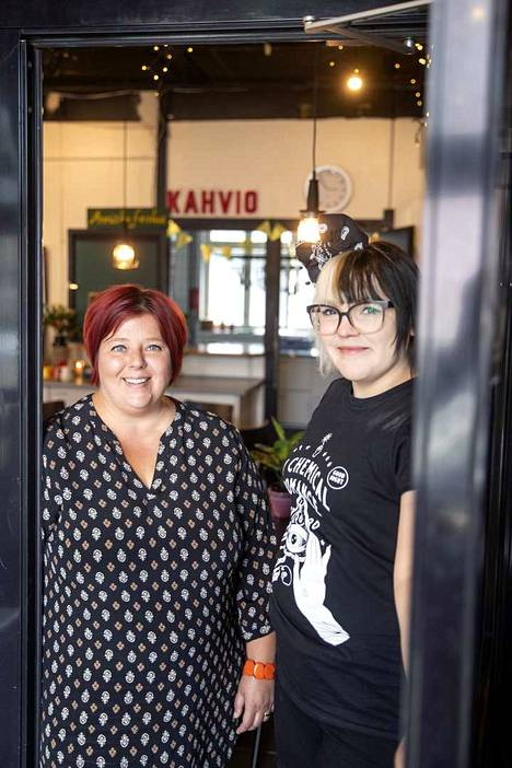 Tervetuloa Anniksen kulttuurikahvilaan, toivottavat Minna Wallenius ja Ea Wan. Kahvilan avajaisia vietetään huomenna lauantaina 5. syyskuuta kello 18 alkaen.