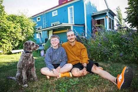 Iisa Kovalainen ja Pietari Hannula remontoivat paritalon puolikasta Tampereen Petsamossa. Se on periaatteessa pintaremonttia, mutta melko syväluotaavaa sellaista. Kotona asuu myös reilun vuoden ikäinen ranskalainen vesikoira Senni (kuvassa) ja sekarotuinen Hugo.