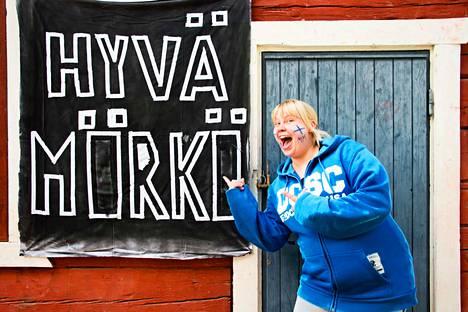 Kaisa Kopperoinen työskentelee Kelhon koulussa koulunkäynninohjaajana. Kopperoinen oli ala-asteella Marko Anttilan luokkakaveri Kelhossa. Maanantaina koulu oli saanut seinälleen komean lakanan.