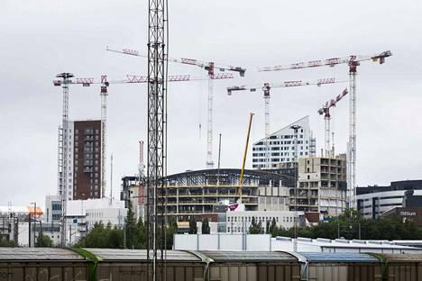 Terävälinjainen Topaasi-tornitalo erottuu selvästi areenarakenteiden takaa Viinikan ABC:ltä katsottuna. Kannen vieressä valmistuu myös Wallesmanni-tornitalo, joka näkyy kuvassa vasemmalla.