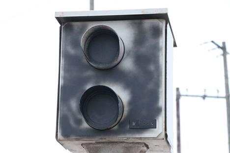 Valtatie 2:n varrella oleva nopeusvalvontatolppa Nakkilassa lähellä Ruskilan risteystä on töhritty mustalla spraymaalilla.