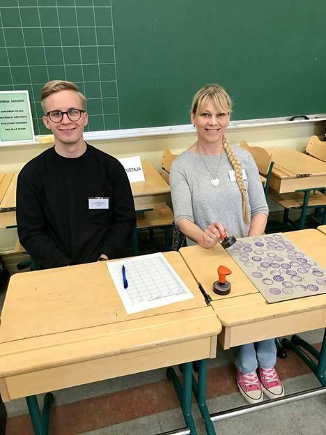 Henrik Nupponen ja Maarit Sulonen toivoivat näkevänsä päivän mittaan paljon äänestäjiä. Vaalilautakunnan jäsenet työskentelivät Aleksanterin koulun äänestyspaikalla. Koululla äänestettiin neljässä eri pisteessä.