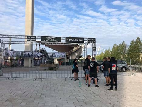Ensimmäiset Rammstein-fanit jonottivat Ratinan stadionille jo perjantaina aamupäivällä.