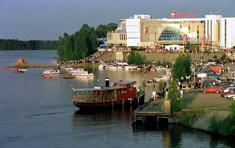 Viime vuosituhannen lopulla Nokian kylpylähotelli, Rantasipi Eden, oli menomesta, jonne tultiin kuntarajojen ylikin. Vuoden 1999 juhannusjuhlilla väkeä oli mustanaan.