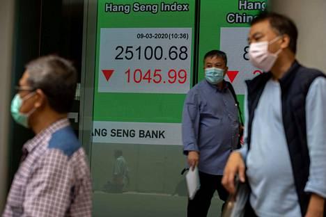 Hongkongin pörssin Hang Seng -indeksi putosi maanantaina aamupäivällä yli 4 prosenttia, kun markkinoilla pelättiin koronaviruksen vaikutuksia. Myös dollarin arvo heikkeni.