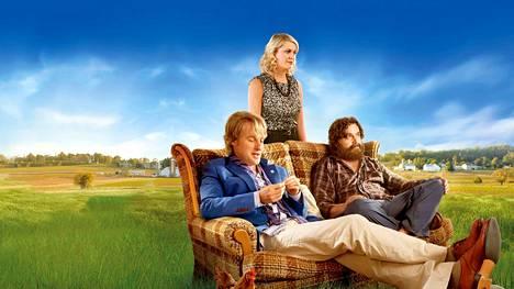 Are You Here -komediassa lapsuudenystävät (Owen Wilson, Zach Galifianakis ja Amy Poehler) lähtevät automatkalle vanhaan kotikaupunkiinsa, kun toinen kaveruksista saa kuulla isänsä kuolleen.