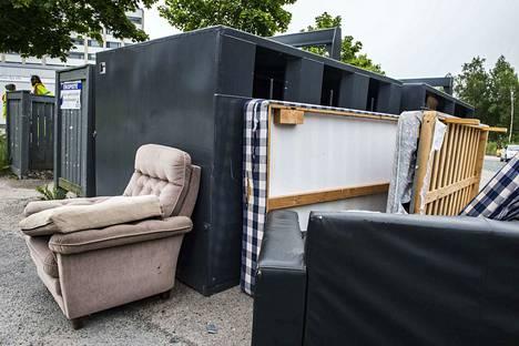 Tampereen Juvankadun Ekopisteelle on tuotu jatkuvasti suurtakin tavaraa, joka ei sinne kuulu. Esimerkiksi patjat, nojatuoli ja sohva pitäisi kuljettaa jätekeskukseen Tarastenjärvelle tai Koukkujärvelle tai jollekin 21 jäteasemasta.