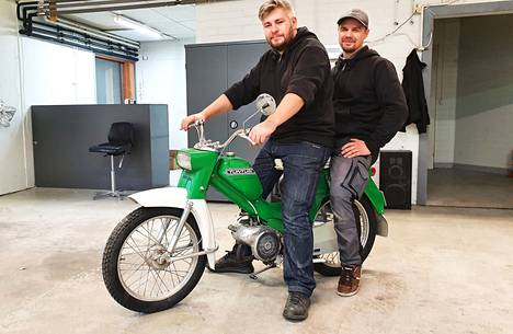 Nostalginen ajopeli ja uudet yrittäjät. Lokakuussa aloittanut korjaamoalan yritys Propit Oy työllistää toistaiseksi osakkaansa Rami Härkösen ja Sami Rajalan.