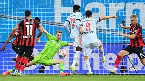 Huuhkajien ykkösmaalivahti Lukas Hradecky joutui antautumaan viidesti, kun Bayern München kuritti Hradeckyn seurajoukkuetta Bayer Leverkusenia. Kuvassa syntyy vieraiden toinen osuma Robert Lewandowskin (toinen oikealta) jalasta.