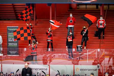 Viime kaudella koronatilanne piti yleisön poissa hallilta. Ässät päästi joihinkin otteluihinsa 10 fania. Kuluvalla kaudella yleisö olisi saanut palata halliin lähes normaalisti, mutta ruuhkaa ei Isomäki-areenalla ole ollut.