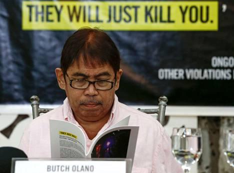 Amnesty Internationalin Filippiinien osastonjohtaja Jose Noel Olano lukee Amnestyn tekemää raporttia Filippiinien hallituksen rikoksista valtion pääkaupungissa Manilassa.