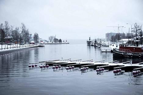 Mustalahden satama Tampereella perjantaina. Vaikka paikoitellen järvissä voi olla jo jääkansi, sen päälle ei ole vielä asiaa ihmisillä eikä eläimillä.