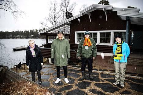 Linkosuo Oy vuokrasi Rusthollia vuosina 1964–1977. Sattumuksia muistelivat vasemmalta Ritva Jänne, Topi Honkonen jr., Jaakko Kangasniemi ja Pirkko Linkosuo.