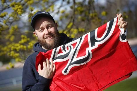 Sami Viitasaari myy netin huutokauppasivustolla FC Jazzin lippua joukkueen mestaruusvuodelta 1993. Lipussa on neljän brassipelaajan nimikirjoitukset.