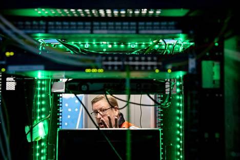Ekamin lehtori Kalevi Laine esittelee Haminan ammattiopiston datakeskusta, jonka keskeinen rahoittaja on Google.