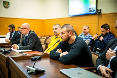 Janne Alamäki (keltaisessa paidassa) ja Tino Raja saivat ratkaisun valituksiinsa korkeimmassa oikeudessa.