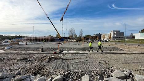 Rauman kaupunki pitää yllä paikallista rakennustoimintaa lähivuosina suurilla investoinneilla. Isoin niistä on Karin kampus, jonka perustusten päälle on nousemassa ensimmäisiä seinärakenteita.