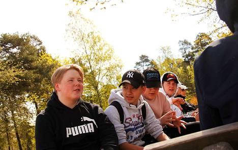 Jami Kujanpää (vas.) ja Aapo Lineri eivät pidä siitä, että Maijamäen lähiliikuntapaikan suunnitelmassa välituntialueen penkit korvataan kaiteilla, joihin voi vain nojata.