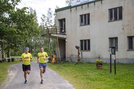 Marko Paakkola ja Juha Souko testasivat jo viime vuonna Väinölän radioaseman maastoa ultrajuoksutapahtuman pitopaikkana. Paikka osoittautui hyväksi.
