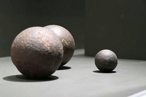 Näistä Satakunnan Museon perusnäyttelyssä esillä olevista tykinkuulista pienin löytyi 1980-luvulla Kivinistä. Kuula on luultavasti päätynyt sinne Oolannin sodan tiimellyksessä.