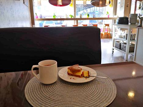 Myös Kahvila Satumaan erittäin suosittu kinuskikakku brändätään.