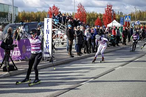 Anita Korva tuuletti rullahiihtokisan voittoa Lempäälässä lokakuun alussa.
