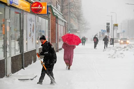 Torstaina lumisade voimistuu Pirkanmaalla iltapäivän aikana kunnon myräkäksi. Tältä lumisade näytti Tampereen Sammonkadulla.