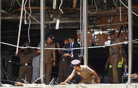 Poliisi tutki räjähdyksen tuhoja Sri Lankan pääkaupungissa Colombossa sijaitsevassa hienostohotellissa Shangri-La:ssa.