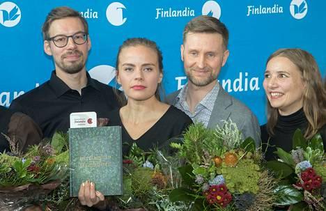 Tietokirjallisuuden Finlandia-palkinnon voittaneet valokuvaaja Anssi Jokiranta (vas.) ja toimittajat Anna Ruohonen, Pekka Juntti ja Jenni Räinä ovat jo työssään journalisteina tehneet paljon uutisia ja reportaaseja metsästä.