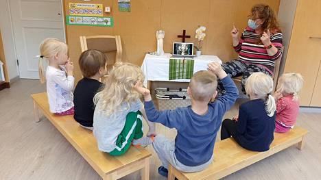Lastenohjaaja Eija Rantasen kanssa laululeikissä ovat Mäntän Tammirannan päiväkerholaisia.