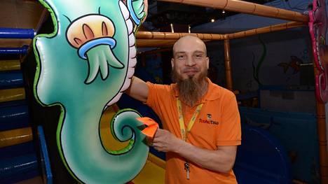 Touhutalo-brändin perustaja ja Valkeakosken Touhutalon yrittäjä Pasi Rita touhumestarina avajaisten aikaan viime helmikuussa.