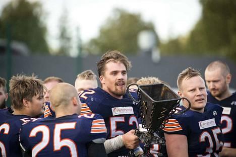 Pori Bearsin hallituksen puheenjohtaja Joni Kotro (keskellä) sanoo, ettei se ole kesä eikä mikään ilman amerikkalaista jalkapalloa. Vielä on epäselvää, milloin Pori Bearsin kausi alkaa – jos alkaa.