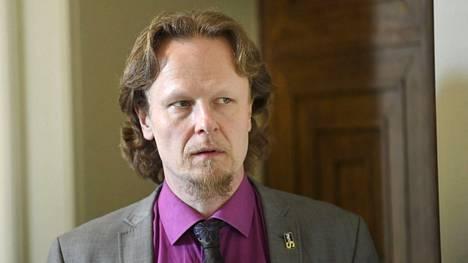 Juho Eerola kuvattiin ryhmäkokouksensa aikana eduskunnan käytävällä Helsingissä 12. maaliskuuta 2020.