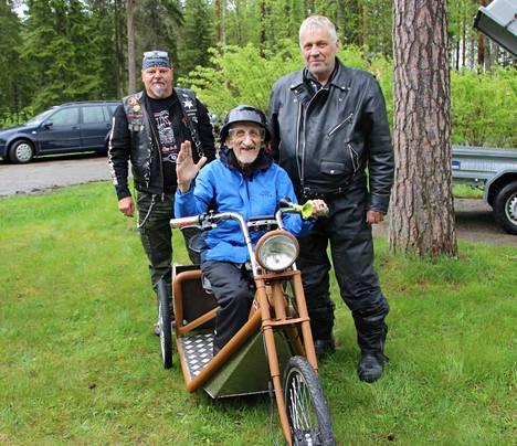 Uuden Triken onnellinen omistaja Esa Korvela ja takana päärakentaja ja suunnittelija Saku Lehtonen ja e-menopeliprojektin isä Reijo Alander.
