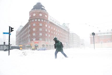 Jalankulkija taivalsi läpi tuulen ja tuiskun Helsingissä tiistaina 12.1.2021.