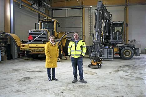 Maansiirto Hämeenniemi Ky:n yrittäjät Heli Hämeenniemi ja Petri Hämeenniemi iloitsevat merkittävästi aiempaa suuremmasta hallitilasta. Miilutien tiloissa mahtuu huoltamaan ja tarvittaessa kunnostamaan yrityksen isoimmatkin työkoneet.