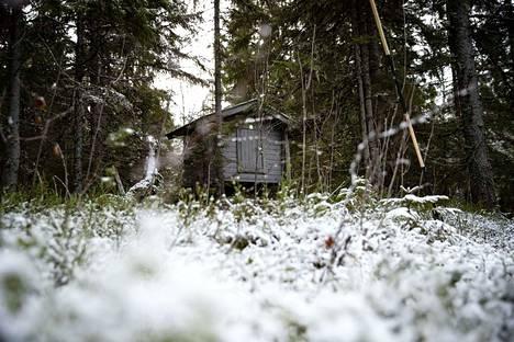 Halkaisijaltaan kahden kilometrin suuruisella metsäalueella on 16 mittausasemaa. Seismometrien ja muun tekniikan suojaamiseksi kosteudelta on rakennettu pienet mökit.