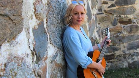 Laura Eklund eli laulaja Marilii esiintyy Pyhän Marian kirkossa ensi viikon keskiviikkona. Hän on kotoisin Tyrisevän kylältä, ja on aloittanut työuransa maatalouslomittajana.