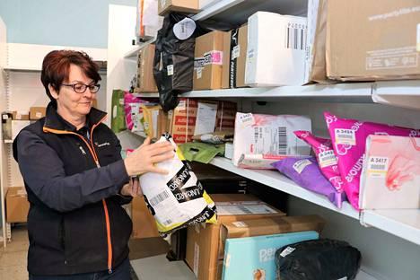 K-Supermarket Teljänportin hyllyt ovat nyt poikkeuksellisen täynnä postipaketteja. Kassavastaava Päivi Välkkynen toivoo, että ihmiset hakisivat pakettinsa aina nopeasti pois, jotta hyllyihin saadaan taas tilaa seuraaville.