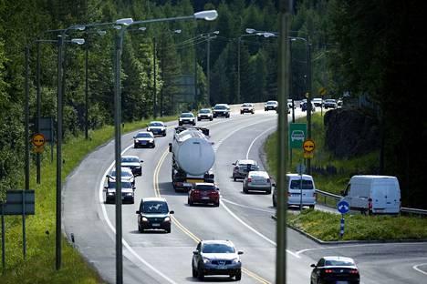 Ysitie on paikoin kaksikaistainen ja kapea. Tältä liikenne näytti valtatiellä 9 Olkahisen liittymän kohdalla juhannuksena 2010. Jono pohjoisen suuntaan oli jatkuva.