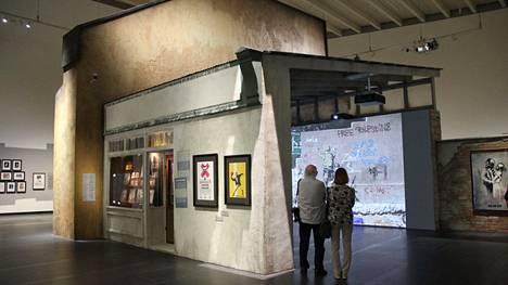 Banksyn näyttelyä Serlachiuksen Gösta-museossa voi päästä ihailemaan ilman ennakkovaraustakin sitä mukaa kuin vierailuaikoja vapautuu.