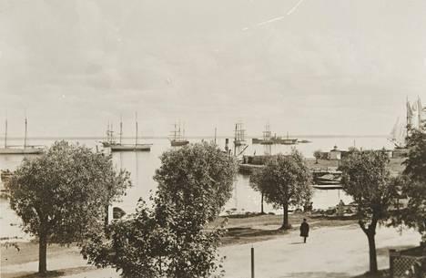 Reposaaren satamapuiston alue oli vilkasta seutua 1900-luvun alussa. Ajoittain saarella nähtiin myös nyrkkien heiluttelua ja ammuskeluakin.