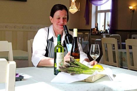Paakarin ravintoloitsija Kirsti Leimu yhdistelee parsaa ja viinejä vuosikymmenten kokemuksella. Yksi hänen suuri suosikkinsa on Lounais-Ranskassa sijaitsevan Juranconin valkoviini.