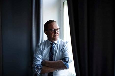 Elinkeinoministeri Mika Lintilä sanoo, että koronaviruksen uhkaa ei pidä liioitella, mutta myöskään silmiä ei pidä sulkea.
