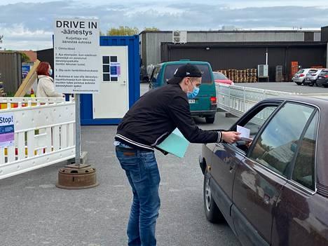 Sastamalan drive in -äänestyspiste oli suosittu viime kuntavaalien ennakkoäänestyksessä. Äänestäminen auton ratin takana istuen on mahdollista myös tammikuun aluevaaleissa.