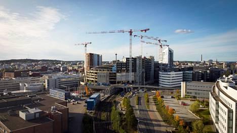 Tampereen seudulta muutto pääkaupunkiseudulle väheni merkittävästi koronakriisin alettua. Tampereen muuttovoitto jatkuu yhä vuonna 2021. Nostokurjet Uros-areenan ympärillä kuvattiin Tampereella 15. syyskuuta 2020.