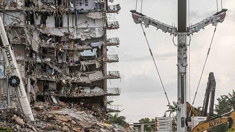 Osa 12-kerroksisesta asuinrakennuksesta sortui yllättäen Surfsidessa Miami Beachin lähistöllä kuukausi sitten.